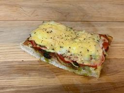 Mini pizza tomaat mozzarella en pesto